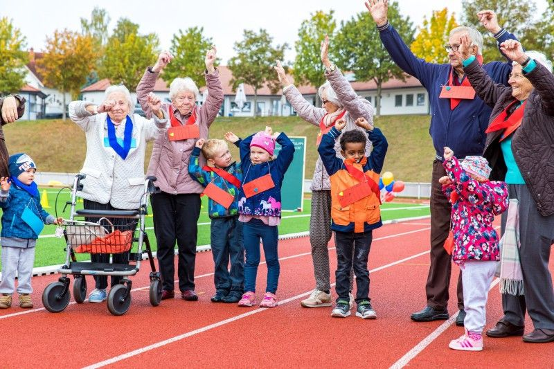 """Bei """"Wir sind klein und ihr seid alt"""" verbringen Bewohner einer Seniorenresidenz und eine Gruppe Kindergartenkinder Zeit miteinander."""