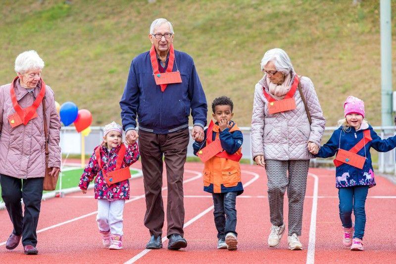 Auch im Alter ist Bewegung wichtig. Gemeinsam geht es für Senioren und Kinder deshalb auf den Sportplatz.