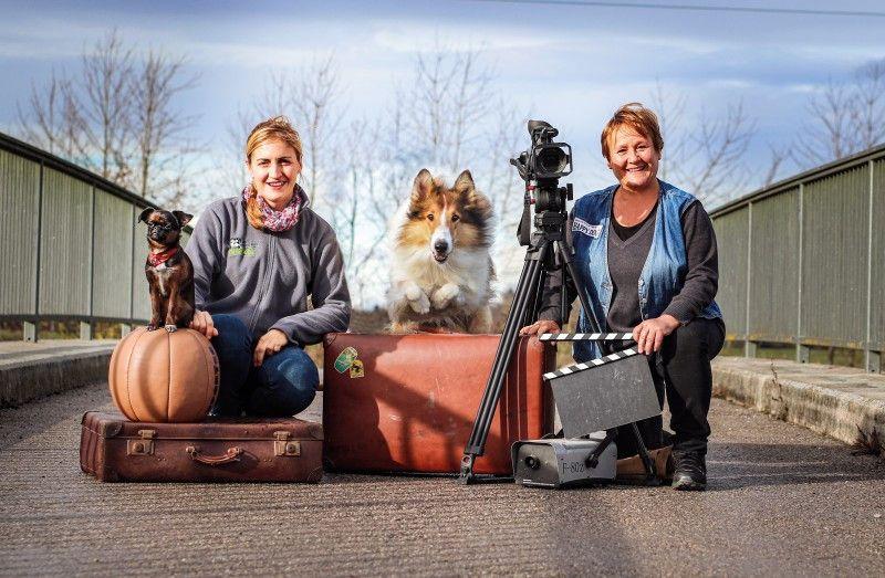 Die Tiertrainerinnen Farina Klause und Renate Hiltl (von links) am Set.