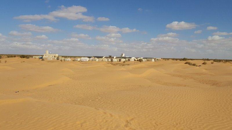 Das Wüstencamp Zmela liegt direkt am Rande der Sahara.