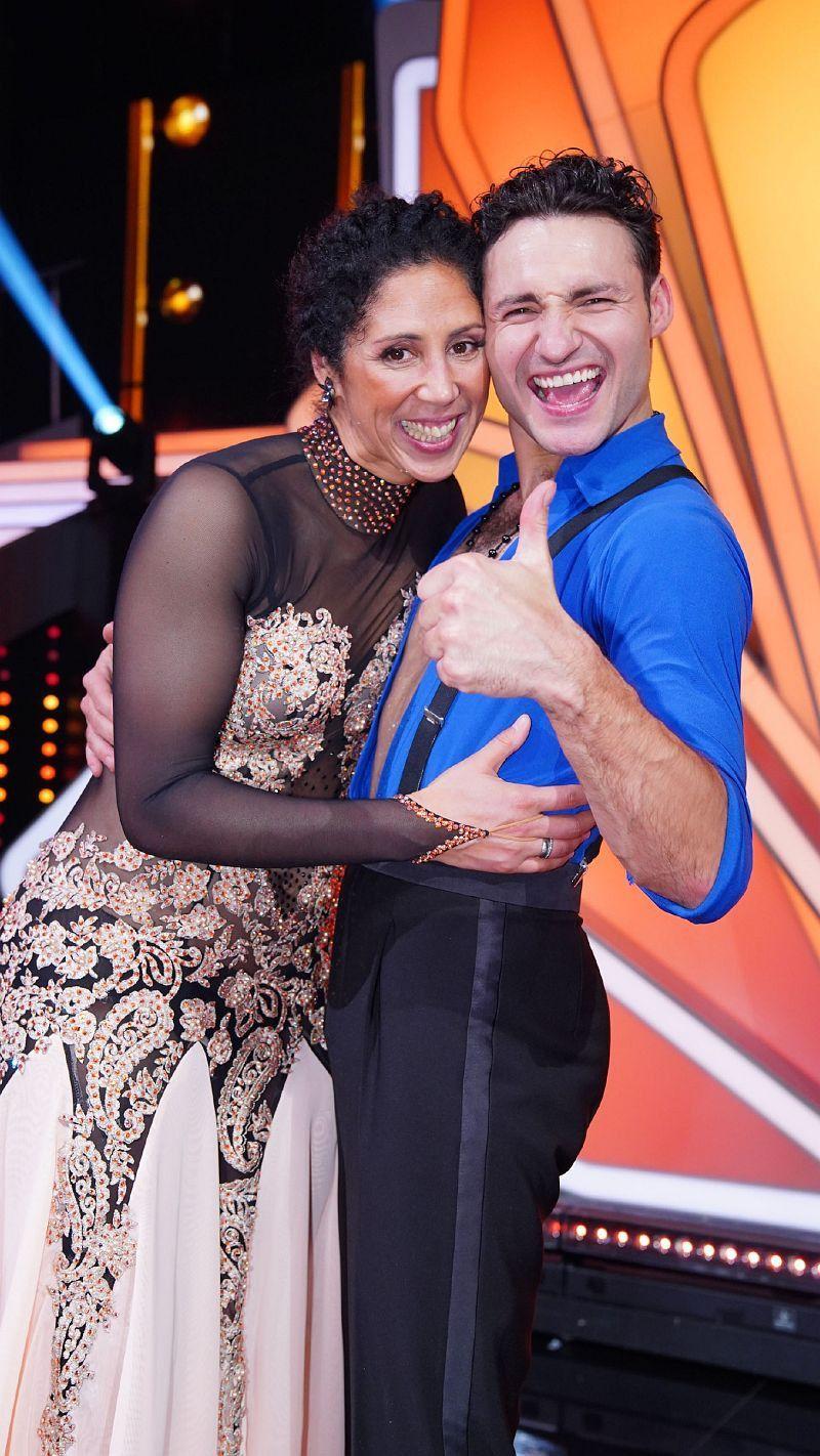 Die frühere Fußballerin Steffi Jones tanzte mit Robert Beitsch. <b>Raus in Show 1</b>