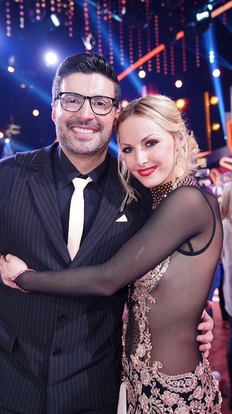 """""""Die Superhändler""""-Moderator Sükrü Pehlivan und Alona Uehrlin, die zum ersten Mal als Profi-Tänzerin dabei war. <b>Raus in Folge 5.</b>"""