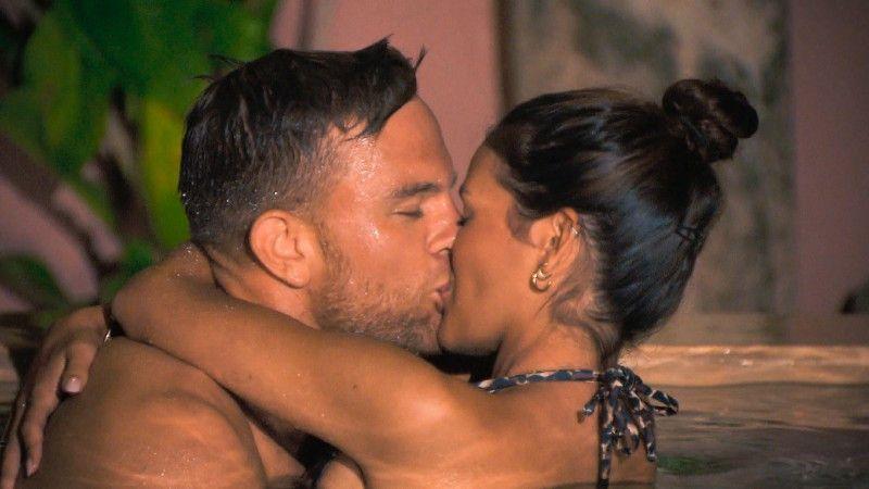 Im Pool fällt auch zwischen diesen beiden der erste Kuss.