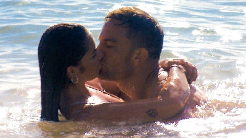 Im Meer küssen sie sich leidenschaftlich.