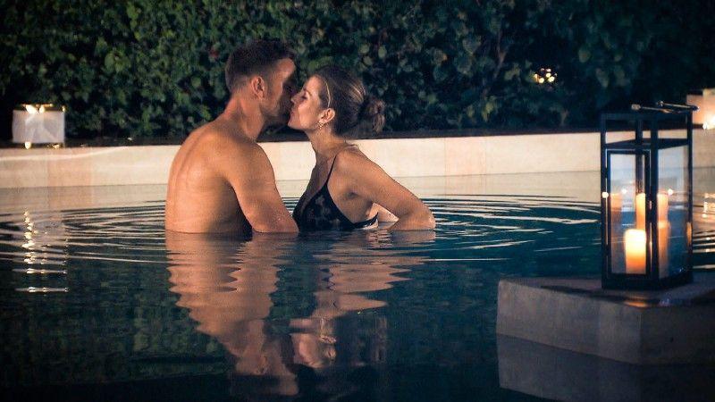 Im Pool kommen sich die beiden zwar näher, doch Sebastian hat sich den Magen verdorben. Aus der gemeinsamen Nacht wird nichts.