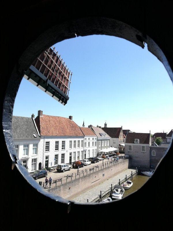 Besucher können einen Blick in die Windmühle aus dem 13. Jahrhundert werfen – und aus ihr heraus.