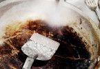 Mit Waschpulver kriegt man das Angebrannte weg.