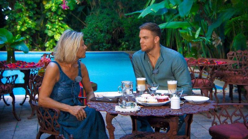 Zur Unterstützung hat sich Sebastian seine Mutter Conny dazugeholt, die beide Kandidatinnen kennenlernt.