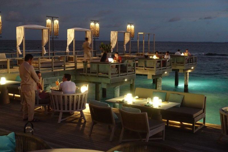 Dinieren direkt am Meer in lauer Luft – für viele Reisende ein wichtiger Part im Malediven-Urlaub