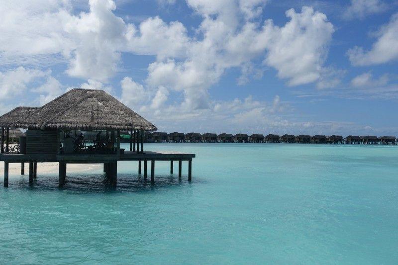 Typisch für die Malediven: Over Water Villas, die auf Stelzen direkt im Meer stehen.
