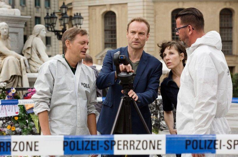 Karow (Mark Waschke) und Rubin (Meret Becker) mit den Kollegen der Spurensicherung.