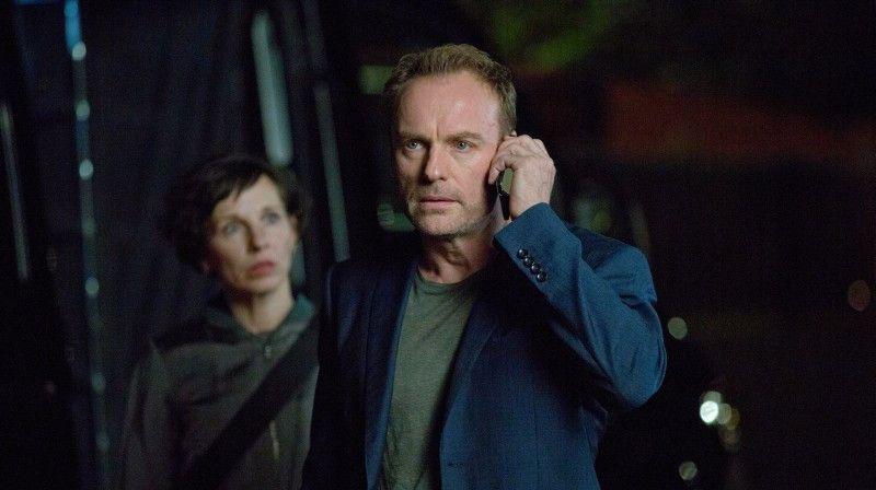 Karow (Mark Waschke) und Rubin (Meret Becker) versuchen das Geschehen in der Villa des Colloquiums zu belauschen.