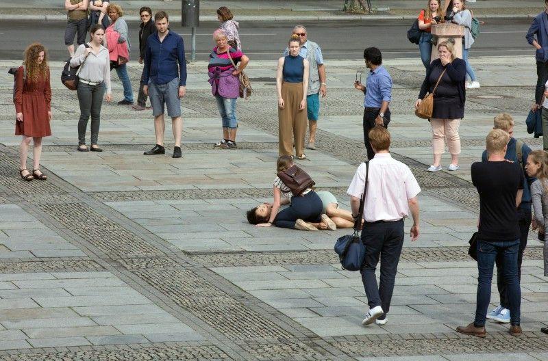 Auf offener Straße wird eine Studentin erschossen.