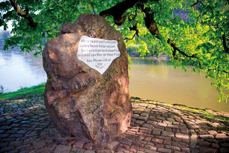 Der Weserstein markiert den Zusammenfluss von Werra und Fulda.