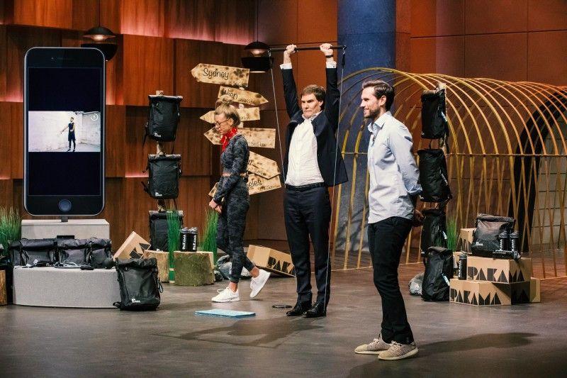 """<b>Folge 1:</b> Patrick Kessel und Maja Bach stellen ihre wetterfeste """"PAKAMA Sports Bag"""" vor, die mit einem zehnteiligen Trainingsset bestückt ist."""