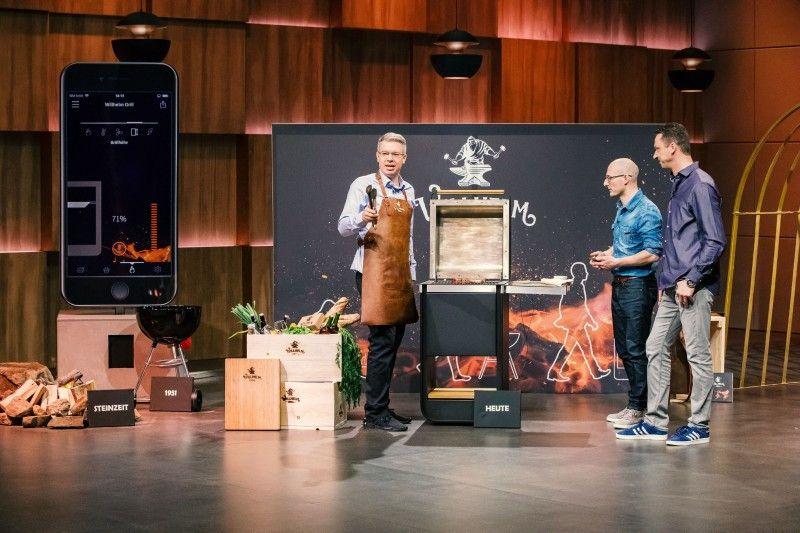 """<b>Folge 1:</b> Micheal Schunke und Mathias Dögel präsentieren """"Wilhelm Grill"""", einen App-gesteuerten Holzkohlegrill. Das Premium-Modell wird wie in einer Manufaktur hergestellt und der Verkaufspreis liegt bei 5.000 Euro."""