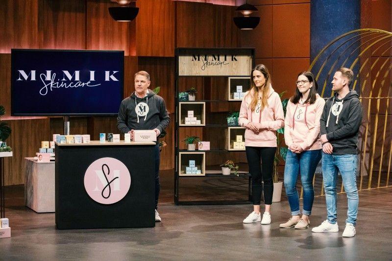 """<b>Folge 1:</b> Max Winkler und sein Vater Andreas Winkler stellen die Pflegekosmetikserie """"MIMIK Skincare"""" vor, individuell nach dem eigenen Hautbedürfnis zusammengestellt werden kann."""