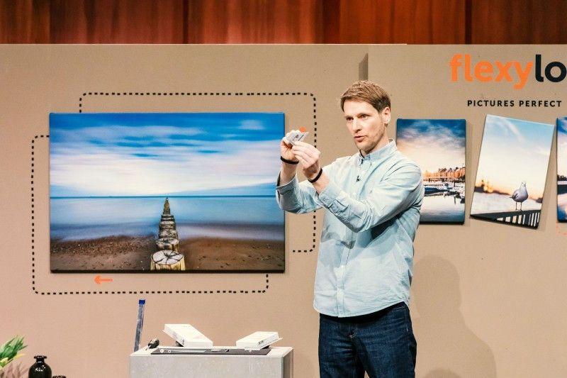 """<b>Folge 2:</b> Alexander Schophoff von """"flexylot"""" möchte mit seinem Produkt die Bildaufhängung vereinfachen und revolutionieren. Mit dem Bildaufhänge-System sollen Bilderrahmen und Keilrahmen mit Hilfe der mitgelieferten Bildaufhänge-Schiene einfach und problemlos Zentimeter für Zentimeter verschoben werden können."""