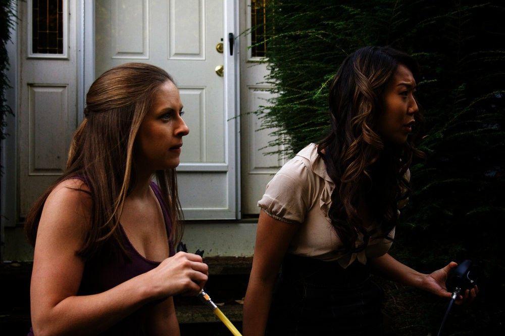 Paige (Grace Shin Im,r.) und Lauren (Kate Bailey).