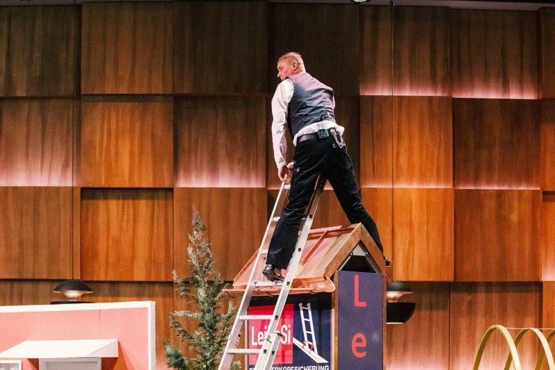 """<b>Folge 3:</b> Als Dachdeckermeister hat Udo bereits einen schweren Leiter-Sturz hinter sich und weiß daher genau, was alles passieren kann. Seine Leiterkopfsicherung """"LeiKoSi"""" soll der Leiter mehr Stabilität verleihen und das Sturzrisiko somit minimieren."""