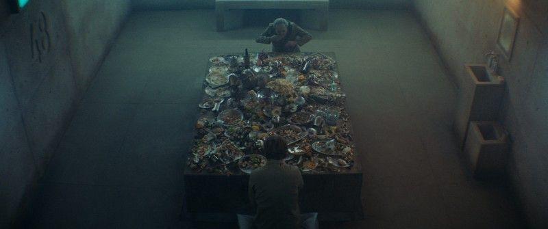 Goreng und sein Mitbewohner machen sich über die Essensreste her,