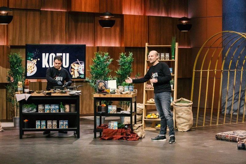 """<b>Folge 4:</b> Jörn Gutowski ist zum zweiten Mal bei """"DHDL"""" dabei. Gemeinsam mit Zeevi Chaimovitch stellt er ein neues Food-Produkt vor: """"KOFU"""" ist eine vegane, glutenfreie und einfache Alternative zu sojabasiertem Tofu. Es besteht ausschließlich aus Wasser, Kichererbsen, Salz und Gewürzen."""