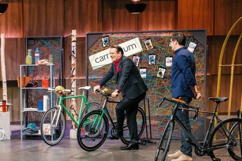 """<b>Folge 4:</b> Gründer Carl Heinze stellt """"carryyygum"""" vor, den vermutlich kleinsten Gepäckträger der Welt vor. Mit der Gummiband-Konstruktion sollen sich kleinere Gegenstände schnell am Fahrradlenker einspannen und sicher transportieren lassen."""