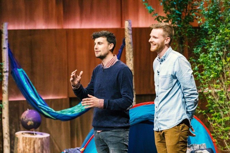 """<b>Folge 6:</b> Johannes Lutz und Christoph Lung reisen gerne und viel - und waren dabei immer genervt vom flüssigen Duschgel und Shampoo im Koffer. Mit """"DUSCHBROCKEN"""" haben sie eine Alternative entwickelt, die festes Shampoo und Duschgel vereint."""