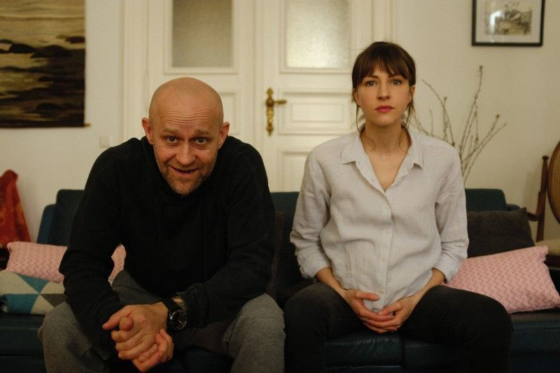 Jürgen Vogel und Natalia Belitski machen eine Paarberatung über das Internet.