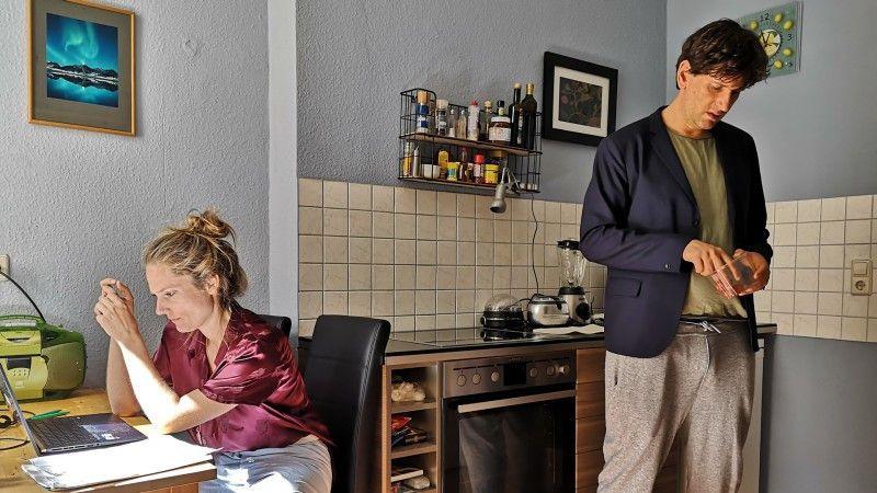 Meike (Marie Burchard) und ihr Mann Heiner (Sebastian Schwarz) arrangieren sich in ihrer Wohnung im Homeoffice.
