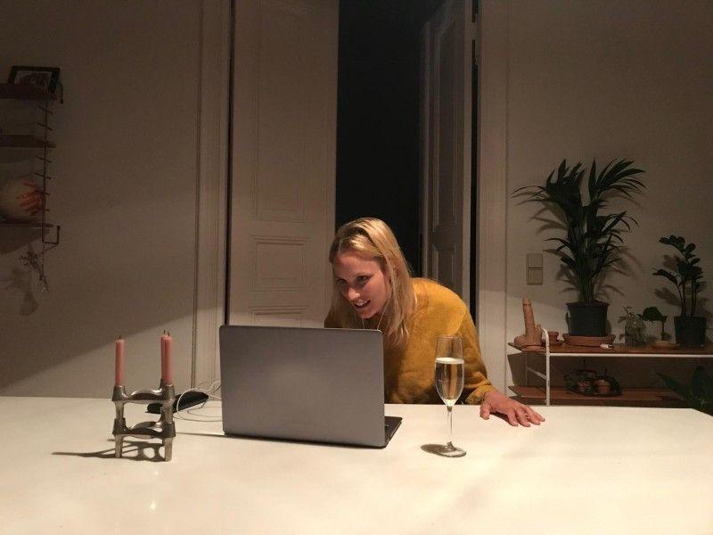Lena (Isabel Thierauch) muss ihren Geburtstag per Videokonferenz feiern.