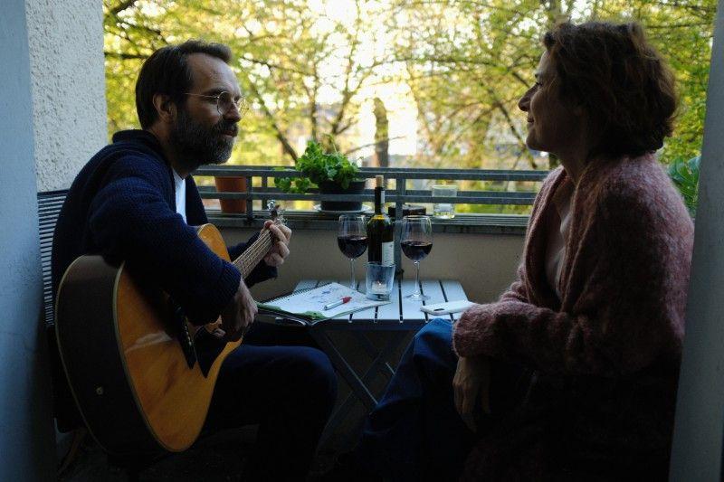 Über die Musik und alte Erinnerungen rücken Tom (Aleksandar Jovanovic) und Bella (Clelia Sarto) wieder näher zusammen.