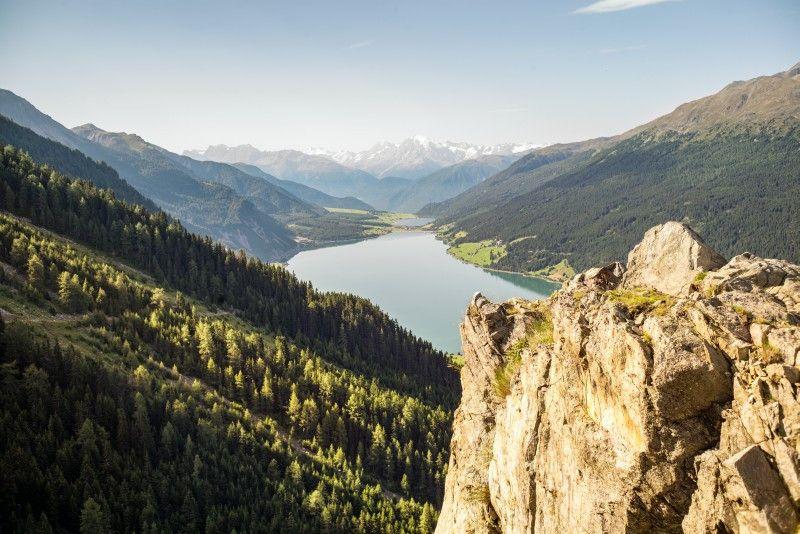 Wunderschöner Blick auf den Reschensee: Die Höhe zu Fuß oder mit dem Mountainbike erklimmen, um Freiheit zu atmen.