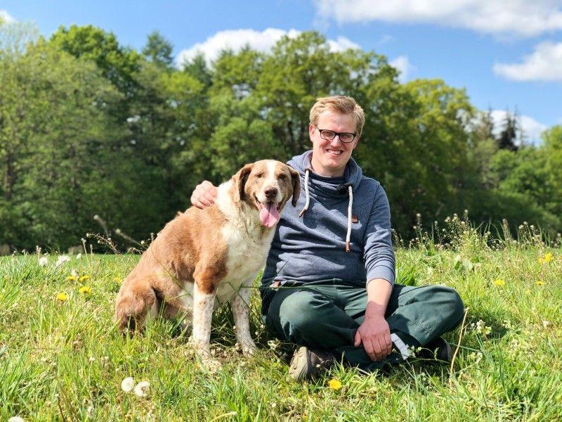 Ackerbauer und Milchviehwirt Simon (26, Landkreis Cloppenburg) lebt mit seinen Eltern auf dem Hof und ist in seiner Freizeit im Schützenverein aktiv. Zudem liebt er Kegeln mit Freunden und den Karneval.