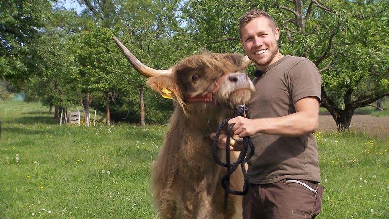 """Patrick (24, Bodensee) studiert Wirtschaftsingenieurwesen, arbeitet aber im Familienbetrieb (Rinderzucht) als Bauer im Nebenerwerb. """"Das eine ist Beruf - das andere Berufung"""", sagt er."""