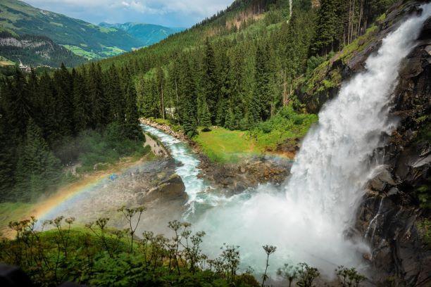 Die Krimmler Wasserfälle sind mit 380 Metern Höhe und drei Fallstufen Österreichs höchste Wasserfälle.