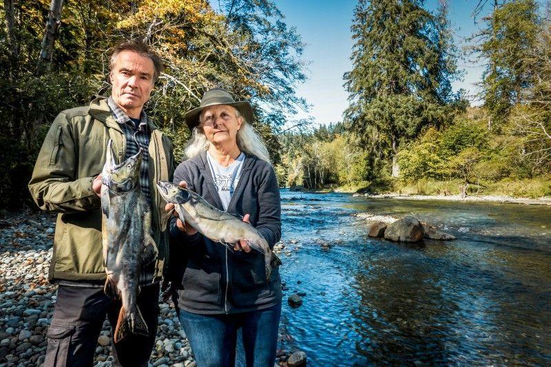Auf Vancouver Island trifft Hannes Jaenicke Dr. Alexandra Morton. Die Lachsforscherin untersucht seit über 30 Jahren Wildlachse in Kanadas Flüssen.