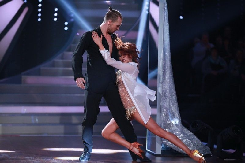 Oana Nechiti wirft sich an Eric Stehfest ran. Nur auf der Tanzfläche für den Cha Cha Cha natürlich.