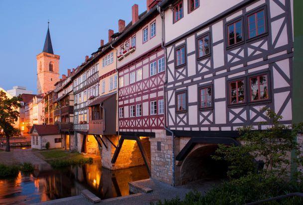 Die Krämerbrücke in Erfurt ist vollständig erhalten und gilt als die längste ihrer Art in Europa.