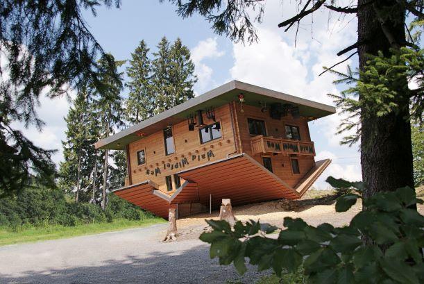 """Über den Waldwipfelweg erreicht man das """"Haus am Kopf"""". Dort steht buchstäblich alles auf dem Kopf."""