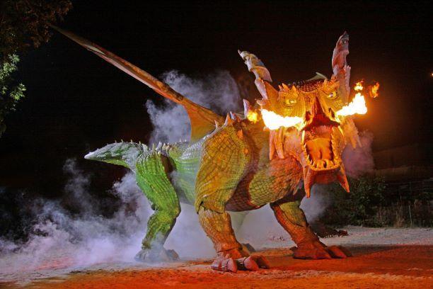 16 Meter lang, fünf Meter hoch und seine Flügel haben eine Spannweite von zwölf Metern: Der Drache, der in Furth im Wald zu finden ist, ist der größte Schreitroboter der Welt, eingetragen im Guinnessbuch der Rekorde.