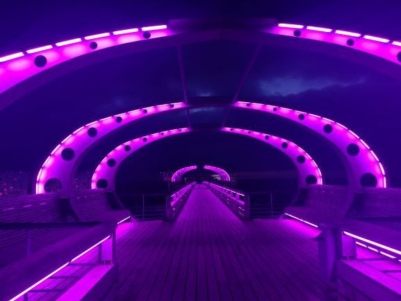 """... auf Knopfdruck in eine """"Lichtbrücke"""" – dank 31.000 LEDs."""