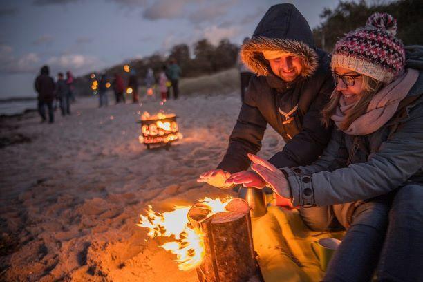Im Herbst und Winter können an der Küste und den Seen der Holsteinischen Schweiz Feuer und Fackeln entzündet werden.