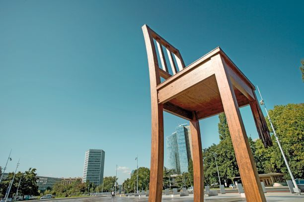 Die Botschaft des Broken Chair in Genf ist simpel: eine Erinnerung an das Schicksal der Opfer von Landminen, verbunden mit dem Aufruf an die Staatengemeinschaft, sich für das Verbot von Streubomben einzusetzen.