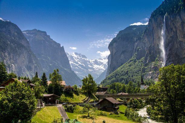 Mit 72 tosenden Wasserfällen, imposanten Talabschlüssen, bunten Alpwiesen, einsamen Berggasthöfen und Bahnen auf die Talschultern ist das Lauterbrunnental eines der grössten Naturschauspiele der Schweiz.