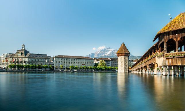 Luzern ist besonders für seine Holzbrücken bekannt. Die Kapellbrücke verläuft heute von der Neustadt am Südufer der Reuss, vorbei am alten Wasserturm, bis zum Rathausquai in der mittelalterlichen Altstadt.