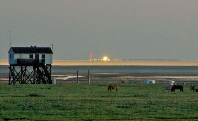 Durch Luftspiegelungen scheint Helgoland hier über dem Horizont zu schweben.