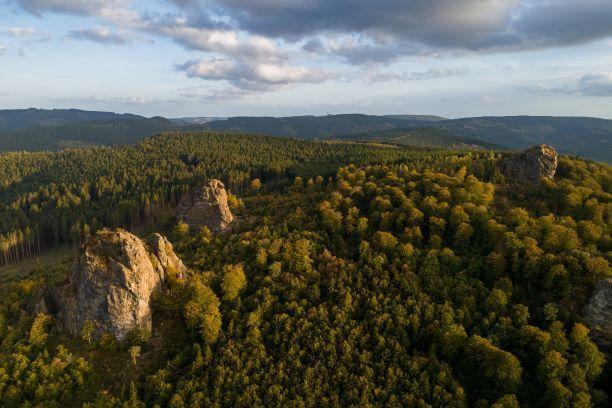 Die vier Bruchhauser Steine, die auf dem Istenberg bei Olsberg bis zu 92 Meter hoch in den Himmel ragen, sind vor Millionen von Jahren durch Vulkane, Erosionen und Faltungen der Erdschichten entstanden.