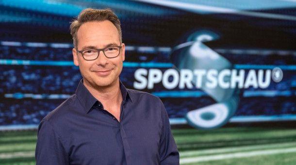 Matthias Opdenhövel meldet sich gemeinsam mit Bastian Schweinsteiger aus dem Berliner Olympiastadion.