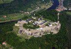 Die Festung Königstein erhebt sich auf dem Plateau des gleichnamigen Tafelberges etwa 240 Meter über die Elbe.